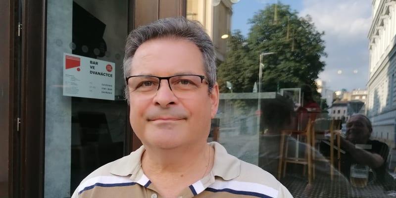 Měsíc autorského čtení v Brně, Ostravě a Bratislavě. Slovenský spisovatel Laco Kerata se vlastně nemůže smířit s tím, že jeho texty se kvůli českým čtenářům musejí překládat do češtiny.