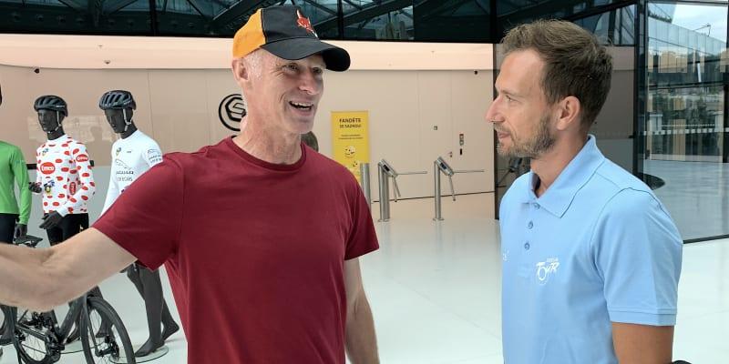 Leopold König (vpravo) rozmlouvá po setkání k závodu Sazka Tour s bývalým hokejovým brankářem Dominikem Haškem, který se stal se svými nápoji Smarty jedním z partnerů srpnového klání.