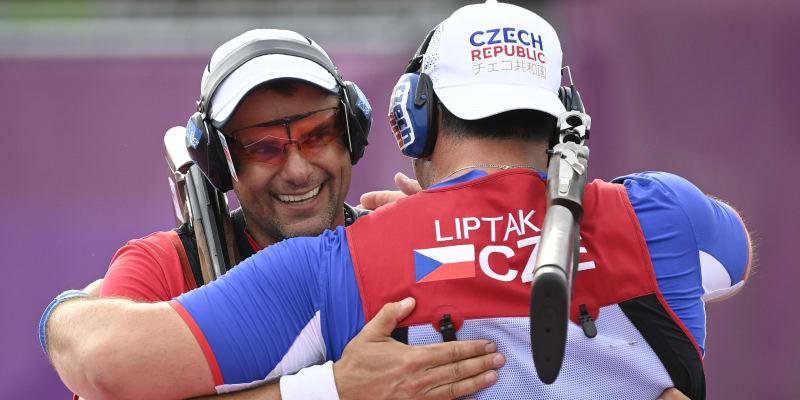 Jiří Lipták (vpravo) a David Kostelecký slaví zlatou a stříbrnou medaili.