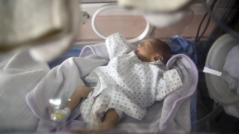 V babyboxu našli jen pár hodin starou holčičku. Zdravotníky překvapila svými vlasy