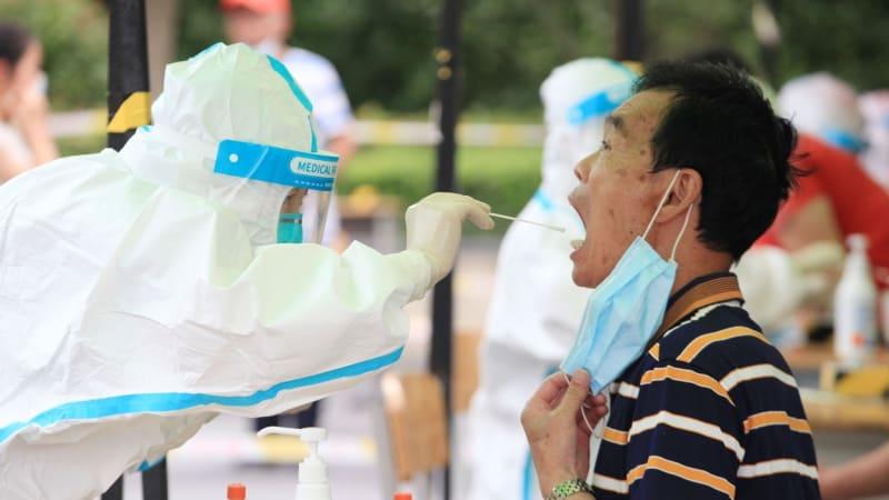 Čínu poprvé od Wu-chanu drtí nová varianta koronaviru. Asijské země propadají panice