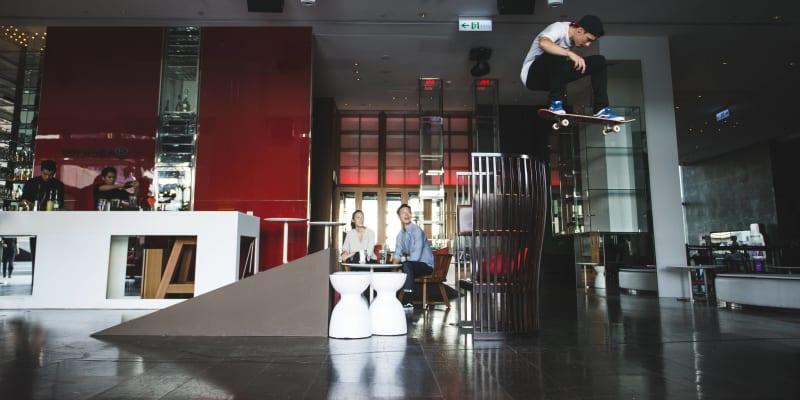 Maxim Habanec při natáčení reklamy pro svého partnera Red Bull v hotelu W na Tchaj-wanu.