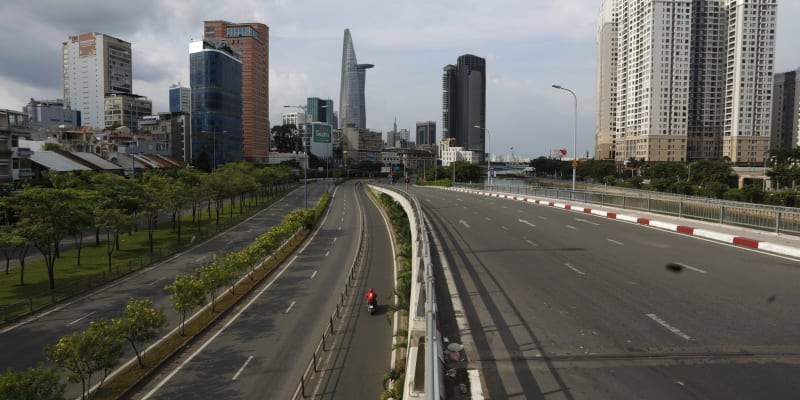 Jindy rušné silnice Ho Či Minova Města po zavedení lockdownu zejí prázdnotou.