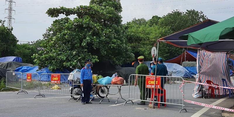 Hlavní město Hanoj se na řadě míst dočkalo checkpointů, policie chce mít pod palcem, kdo vstupuje do metropole.