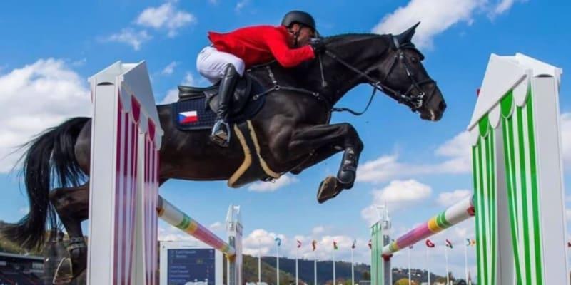 Kamil Papoušek ve výskoku s koněm Warness (autor: Kamil Papoušek)