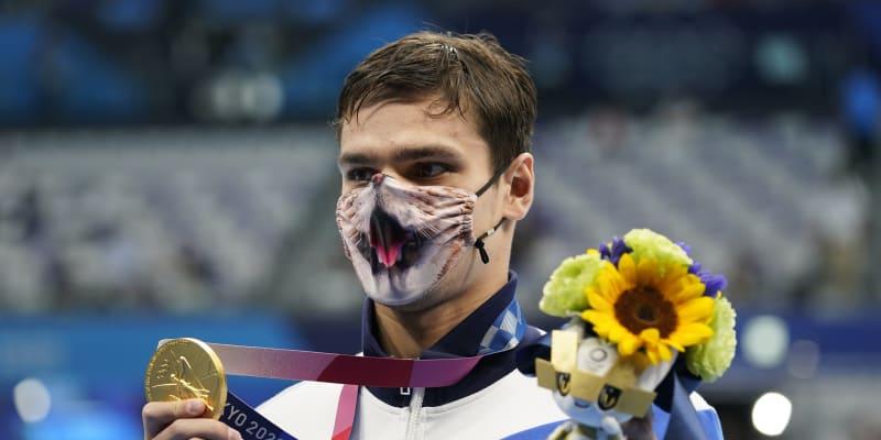 Jevgenij Rylov, ruský plavec, vypálil ostatním rybník a ve znaku získal zlato na 100 i 200 metrech. Daleko více než medaile na krku se vyjímala jeho rouška.