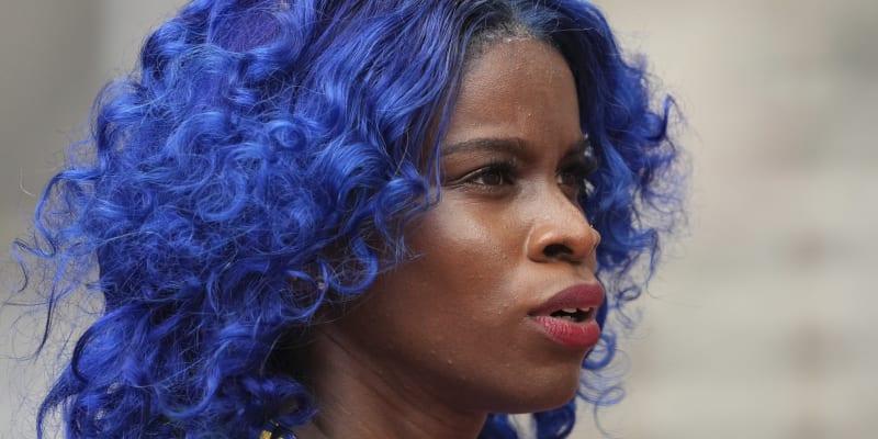 Překážkářka Tia-Adana Belleová dokonala sladila barvu vlasů s dresem reprezentace Barbadosu.