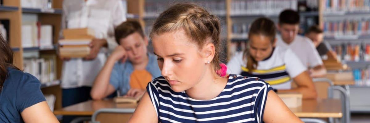 Počítače i obědy pro děti zdarma, méně memorování: Jak chtějí strany změnit školství