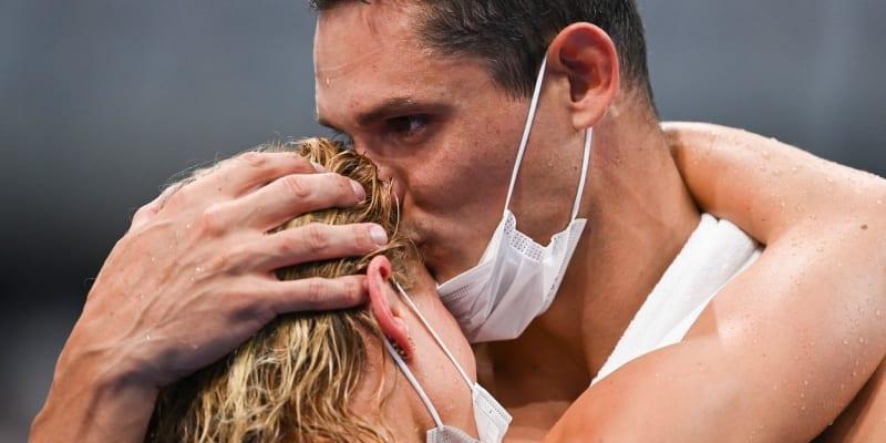 Florent Manadou a Pernille Blumeová oslavili své olympijské medaile dlouhým polibkem.