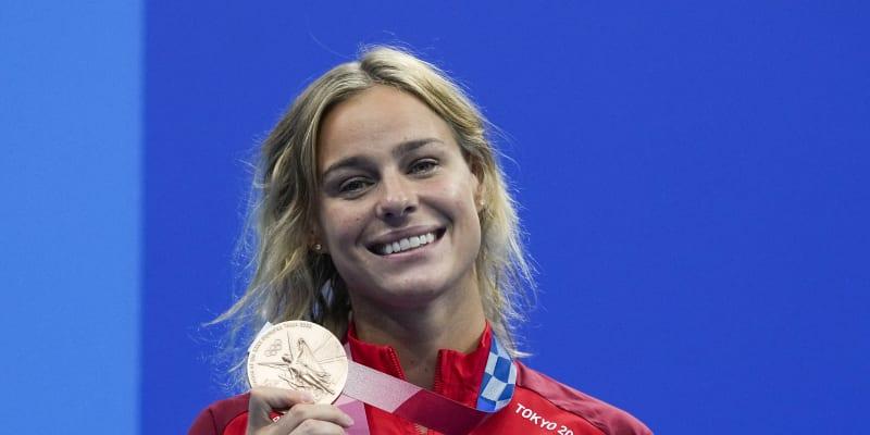Dánka Pernille Blumeová slaví bronzovou medaili v závodě na 50 metrů volným způsobem.