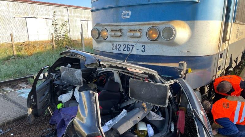Vlak zdemoloval auto, řidiče vystřihávali a je vážně zraněný. Nehodu u Jihlávky vyšetřují