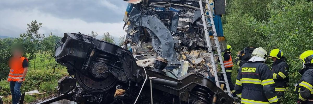 Srážka vlaků na Domažlicku: Dva mrtví, čtyři v kritickém stavu. Zavinil ji strojvedoucí?