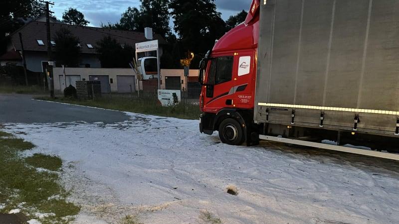 Českem se prohnaly silné bouřky: Silnice na Jihlavsku zasypaly kroupy