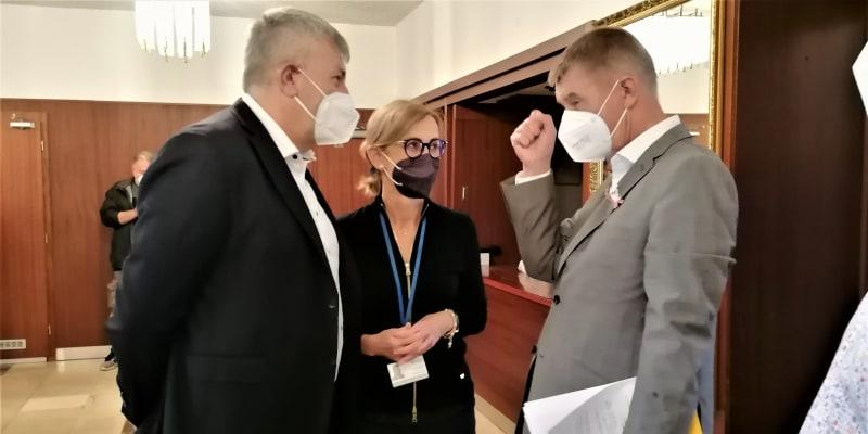 Premiér Babiš v mobilním očkovacím centru ve Vítkově.  S ředitelem Fakultní  nemocnice Ostrava Jiřím Havrlantem, jedním z účastníků loňské podivné schůzky na Vyšehradě s ministrem Prymulou.