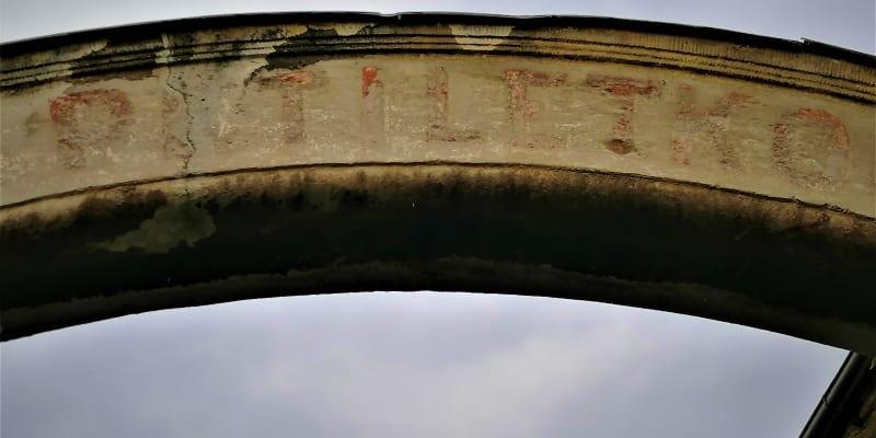 Zachovaný nápis u vítkovského náměstí. První pětliletkou k socialismu.
