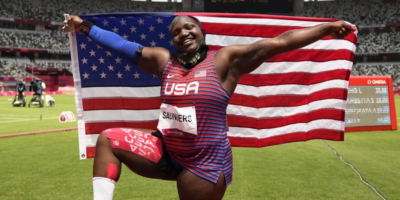 Raven Saundersová slaví zisk stříbrné olympijské medaile.