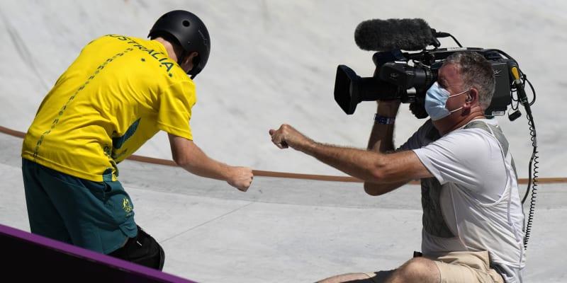 Žádné neshody po srážce nenastaly. Skateboardista si s kameramanem ťuknul pěstí.
