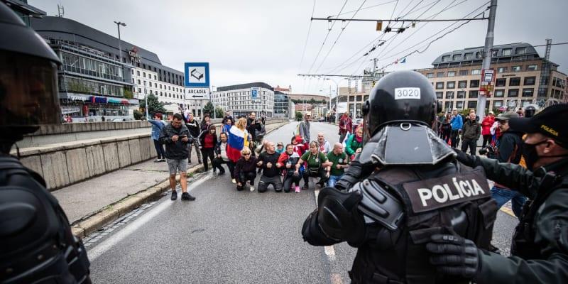 Záběry z protestů v Bratislavě. Demonstranti obsadili silnice, v akci je police.