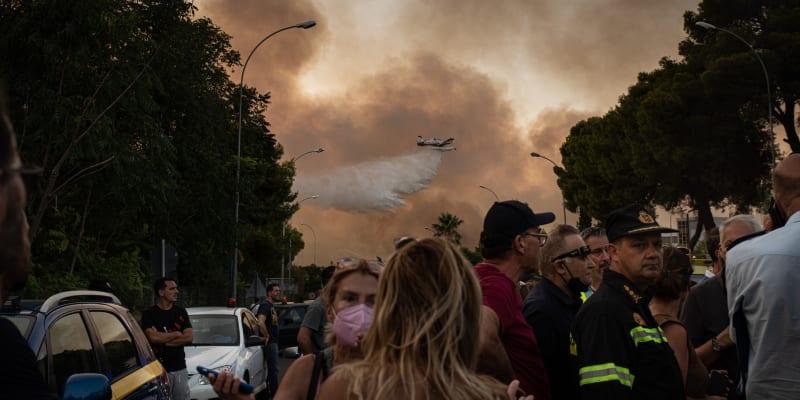 Tisíce lidí prchly do bezpečí poté, co se opět rozhořel lesní požár asi 20 kilometrů severně od Atén.