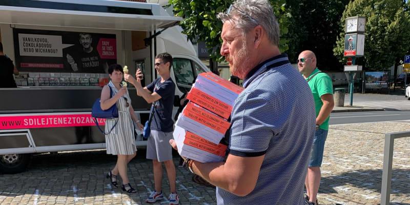 Poslanec Robert Králíček (ANO) na předvolební kampani nese knihy premiérovi.
