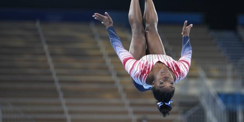 Americká gymnastka Simone Bilesová chtěla v Tokiu získat pět zlatých medailí. Dopadlo to jinak – po nevydařeném přeskoku odstoupila ze soutěže družstev, následně se kvůli ochraně psychického zdraví odhlásila i z dalších soutěží. Její krok vyvolal řadu rozdílných reakcí, nakonec však překonala samu sebe a na kladině vybojovala alespoň bronz.