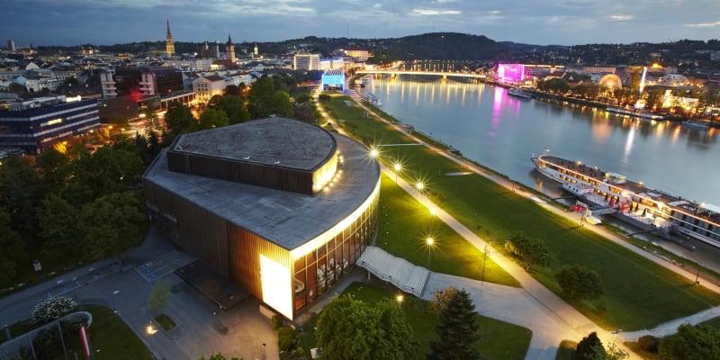 Rakouský Linec je moderní město se vším všudy. Důkazem budiž i vážný design budov stojících na břehu Dunaje.