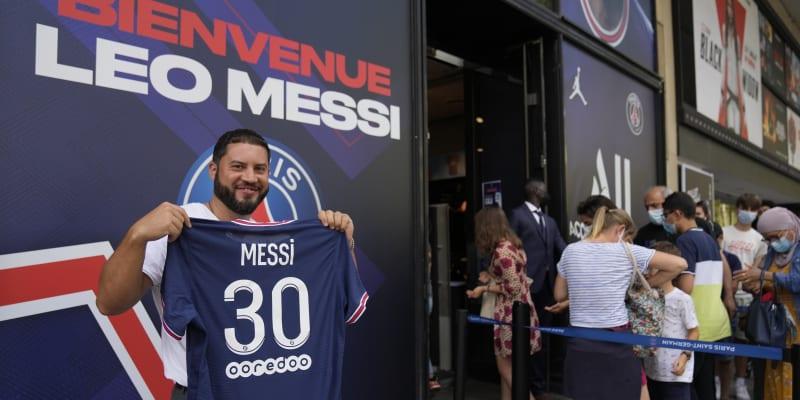 Fanoušci PSG vzali fan-shop svého milovaného klubu útokem. Všichni chtěli vlastnit dres hvězdné posily.