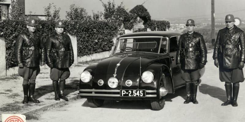 Četnická silniční kontrola ve třicátých letech. (Foto Muzeum Policie ČR)