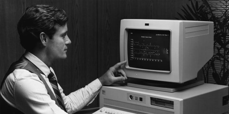 Počítač využíval operační systém MS DOS 1.0 od společnosti Microsoft a procesor firmy Intel.