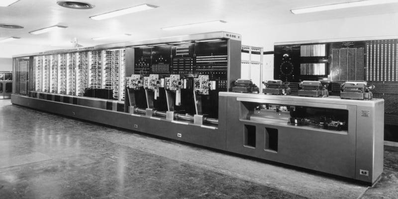 První počítače stály astronomické částky a běžně zabíraly několik místností, třeba tento IBM Mark I.