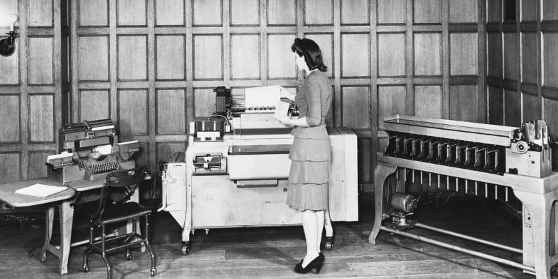 Než přišlo PC, nabízelo IBM především kancelářské přístroje či zařízení na děrné štítky.