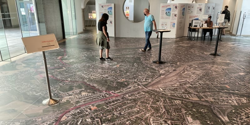 Originální fotomapa Lince zdobí podlahu budovy bývalé radnice.