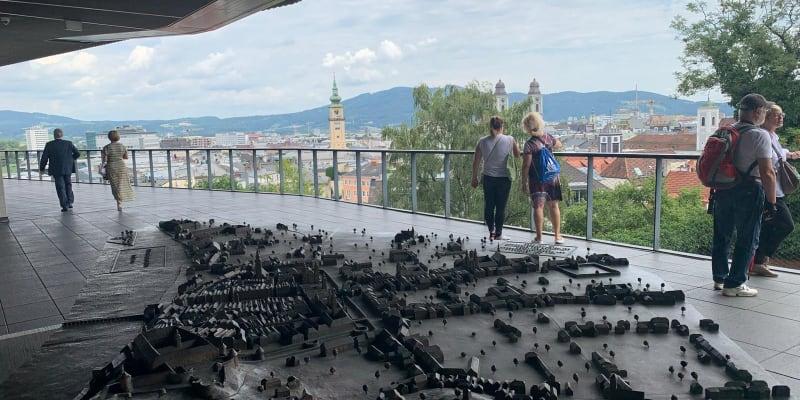 Terasa kavárny muzea u zámku Linzer Schloss