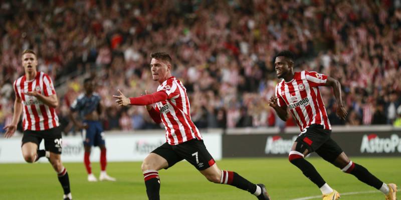 Hráči Brenfordu slaví senzační vítězství nad londýnským Arsenalem na úvod nového ročníku Premier League.