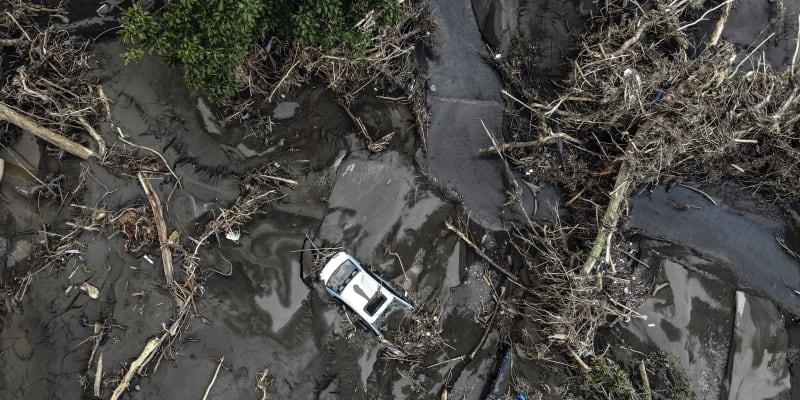 Rozvodněná řeka se valila ulicemi.