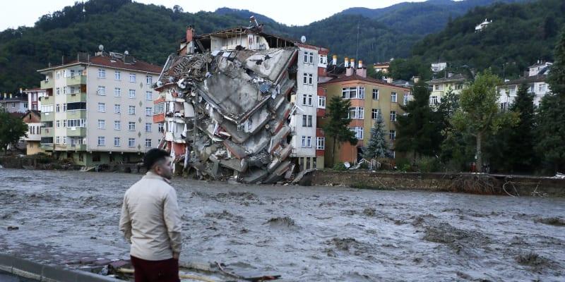 Bleskové povodně podemlely budovy.
