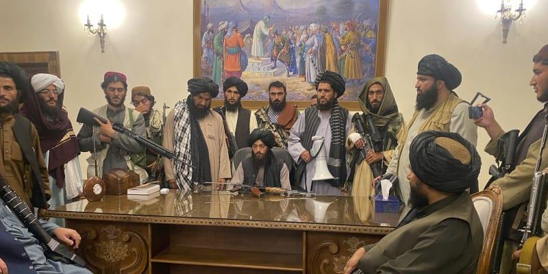 Bojovníci Tálibánu završili své tažení poté, co obsadili Afghánský prezidentský palác .