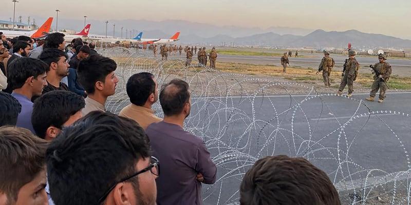 Lidé se zoufale snaží utéct z Kábulu letecky, není ale čím.