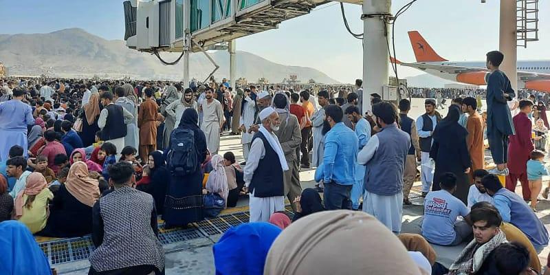 Na letišti v Kábulu se shromáždily tisíce lidí.