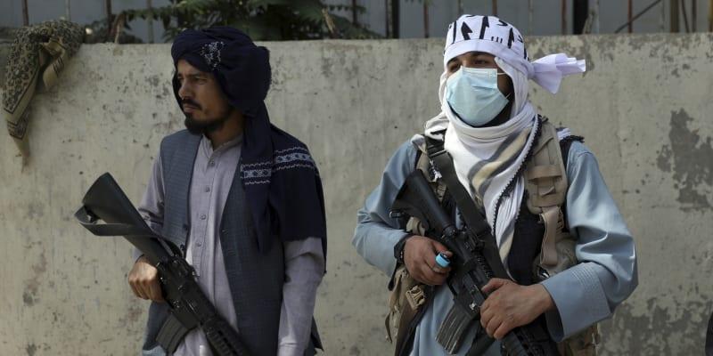 Vojáci z hnutí Tálibán stojí před prezidentským palácem.