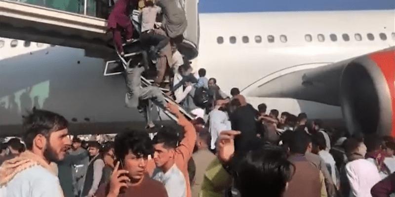 Chaos na letišti v Kábulu