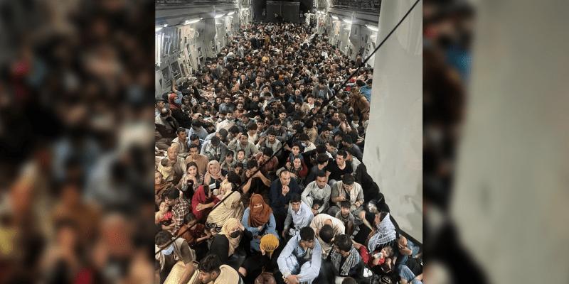 Letoun amerického letectva C-17 Globemaster III bezpečně z Kábulu evakuoval přibližně 640 Afghánců. (Zdroj: Defense One)