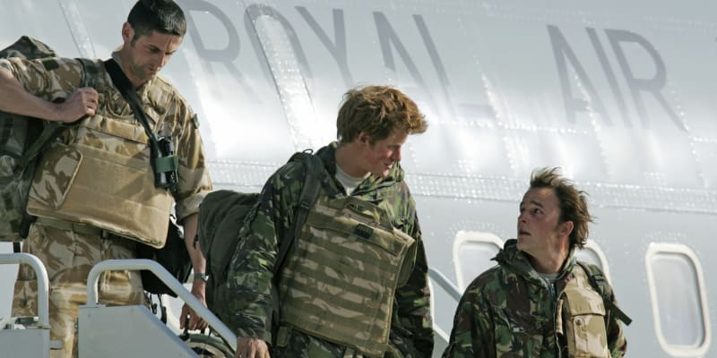 Byl druhým pilotem bojového vrtulníku Apache a obsluhoval jako střelec palubní zbraně.