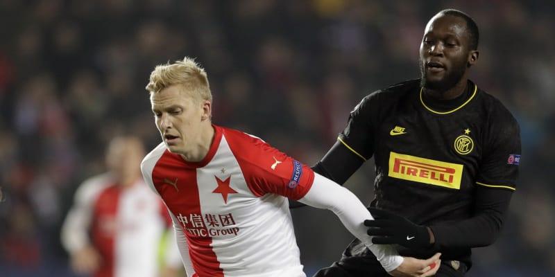 Michal Frydrych v dresu Slavie Praha (vlevo) v souboji o míč s Romelem Lukakem z Interu Milán v zápase Ligy mistrů.