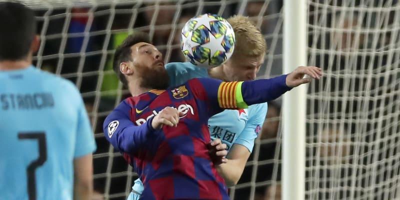 Slávista Michal Frydrych (vpravo) v hlavičkovém souboji s Lionelem Messim z FC Barcelona v utkání Ligy mistrů.