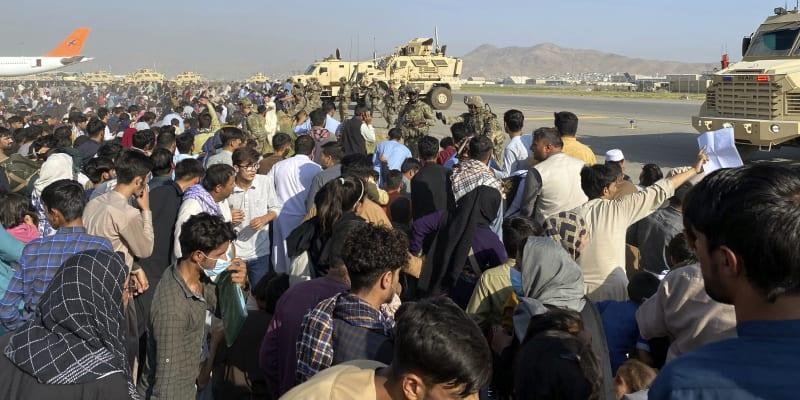 Lidé se tísní u kábulského letiště.