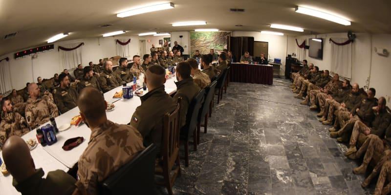 Čeští vojáci v Afghánistánu na spojenecké základně.