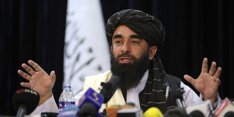 Tálibánský mluvčí Zabihulláh Mudžáhíd slíbil, že bude respektovat práva žen. Ne všichni ale jeho slovům věří.