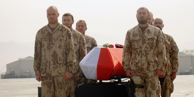 Během mise zemřelo 14 českých vojáků.