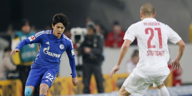 Adam Hloušek při utkání německé bundesligy proti Acitovi Učidovi ze Schalke 04.